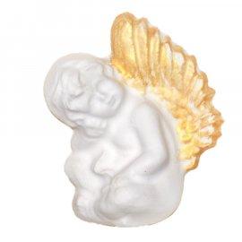 Aniołek ze złotymi skrzydłami siedzący gipsowa figurka 9 cm